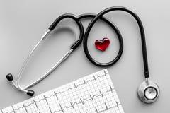 Egzamininuje serce zapobiegać kierową chorobę Serce znak, kardiogram, stetoskop na popielatego tła odgórnym widoku Zdjęcia Royalty Free