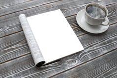 Egzaminu próbnego magazyn na drewnianym stole filiżanka gorącej zdjęcia royalty free