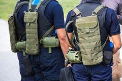 Egzekwowanie prawa z taktyczną wyposażenie drużyną w śródpolnym szkoleniu c zdjęcie stock