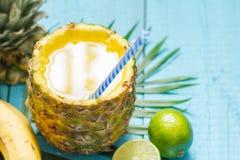 Egzota świeżo gniosący sok z ananasem i wapnem obraz stock