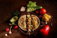 Egzota wciąż slife z pita, świeżymi warzywami i kebabem nad drewnianym tłem, selekcyjna ostrość obrazy royalty free