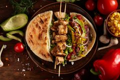 Egzota wciąż slife z pita, świeżymi warzywami i kebabem nad drewnianym tłem, selekcyjna ostrość zdjęcie stock