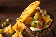 Egzotyczna owocowa sałatka mieszająca w kokosowej skorupie Obrazy Royalty Free
