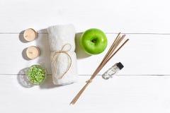 egzotyczne kwiat masażu produktów spa stone ręcznik Kąpielowe sole, mydło, świeczki i ręcznik, Mieszkanie kłaść na białym drewnia Obrazy Royalty Free