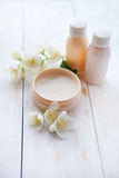 egzotyczne kwiat masażu produktów spa stone ręcznik piękno śmietanka i biały jaśminowy kwiat na białym drewnianym stole Zdjęcie Stock