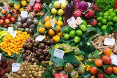 Egzotyczne owoc i jagody przy hiszpańszczyzna rynkiem Fotografia Stock
