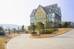 Egzotyczny europejczyka stylu budynek wyginać się drogę w pogodnej zimie m Obrazy Stock