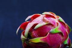 Egzotyczny owocowy Dragonfruit z menchii i zieleni skórą na czarnym tle Zdjęcia Stock
