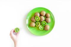 Egzotyczny owocowy projekt z pokrojonym kiwi na talerzu na bielu stołu tła odgórnym widoku Obrazy Royalty Free