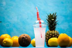 Egzotyczny tropikalny napój z ananasami zdjęcia stock