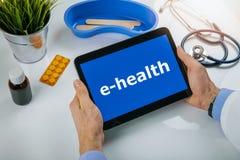 Ehealth - σε απευθείας σύνδεση επικοινωνία μεταξύ του γιατρού και του ασθενή στοκ φωτογραφία με δικαίωμα ελεύθερης χρήσης