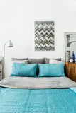 Eheliches Bett mit blauer Bettwäsche Stockbilder