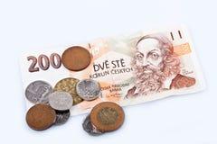 Ehemalige Banknote der Tschechischen Republik und Münzen, weißer Hintergrund Stockbilder