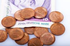 Ehemalige deutsche Währung, 10 Mark Banknote und Pfennig Stockfotografie