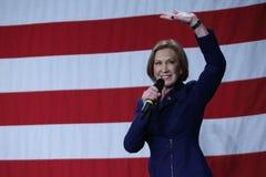 Ehemalige HP-Exekutive Carly Fiorina bewegt vor US-Flagge wellenartig Stockbild
