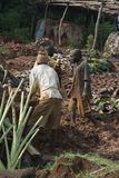 Ehemalige Stellung Mudbrick barfuß im Lehm in Uganda Stockbilder