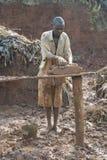Ehemalige Stellung Mudbrick barfuß im Lehm in Uganda Lizenzfreie Stockbilder