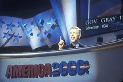Ehemaliger Kalifornien-Gouverneur Grey Davis spricht zu Menge an der 2000 demokratischen Versammlung bei Staples Center, Los Ange Lizenzfreie Stockfotos
