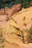 Ehemaliger ockerhaltiger Steinbruch in Roussillon, Frankreich Stockbilder