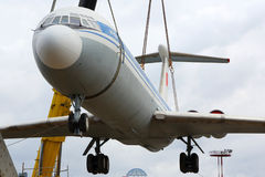 Ehemaliges Aeroflot Ilyushin IL-62M RA-86492 setzend auf einen Sockel mit kranes an internationalem Flughafen Sheremetyevo Lizenzfreie Stockbilder