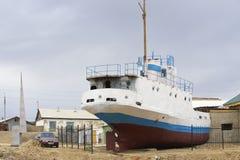 Ehemaliges Fischerboot legt Aralsk an Land, Kasachstan Stockfotografie
