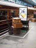 Ehemaliges London-Binnenland und schottischer Bahnwagen ab 1928 mit antikem Gepäck auf Stationsplattform lizenzfreie stockbilder
