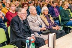 Ehemaliges Staatsoberhaupt Vytautas Lansbergis, der Vater des Buchverfassers, sitzt in der ersten Reihe mit seiner Frau im Vilniu stockfoto