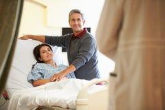 Ehemann-Besuchsfrau im Krankenhaus und Unterhaltung mit Doktor lizenzfreie stockfotos