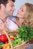 Ehemann, der Augen der Frau untersucht. Lizenzfreie Stockbilder