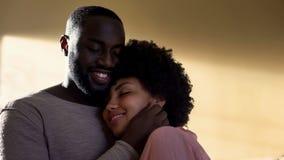 Ehemann, der Frau, familiäre Beziehung, harmonische Beziehungen, verstehend umarmt lizenzfreie stockfotos