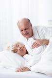 Ehemann, der ihre Frau aufwacht stockfotos