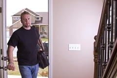 Ehemann, der nach Hause von der Arbeit kommt Stockfotos