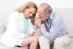 Ehemann, der seine Frau berät lizenzfreie stockfotos
