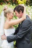 Ehemann, der seine neue blonde Frau umfasst Stockbild