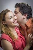 Ehemann, der seiner Frau ein Geheimnis erklärt Stockfoto
