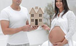 Ehemann, der seiner schwangeren Frau einen Plan ihres zukünftigen Hauses zeigt Stockfotografie