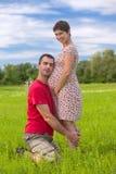 Ehemann, der um seiner schwangeren Frau sich kümmert Stockfoto