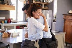 Ehemann, der von der Frau Abschied nimmt, wie er für Arbeit verlässt Lizenzfreie Stockfotografie