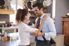 Ehemann, der von der Frau Abschied nimmt, wie er für Arbeit verlässt Stockfoto