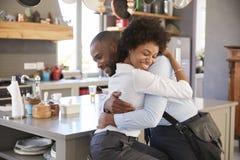 Ehemann, der von der Frau Abschied nimmt, wie er für Arbeit verlässt Stockfotografie