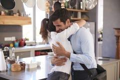 Ehemann, der von der Frau Abschied nimmt, wie er für Arbeit verlässt Lizenzfreies Stockbild