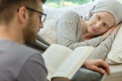 Ehemann, der zu seiner Frau liest lizenzfreies stockbild