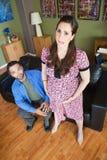 Ehemann mit erschöpfter schwangerer Frau Stockfotografie