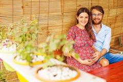 Ehemann mit schwangerer Frau Stockbilder