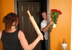 Ehemann nach Hause, der spät zur verärgerten Frau kommt Stockfoto