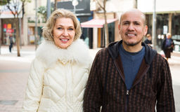Ehemann und blonde Frau, die einen Weg haben Stockfotos