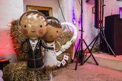 Ehemann und Braut als Säubern Ballons auf einer Partei lizenzfreies stockbild