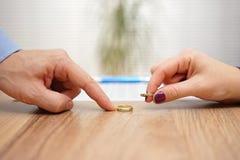 Ehemann und Frau bringen Eheringe, Scheidungskonzept zurück Lizenzfreie Stockfotos