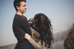Ehemann und Frau in der Natur, Vorfrühling Glückliches Paar auf Ferien Geliebte lachen Kerl und Mädchen amüsieren Sie sich am Vor Stockbilder