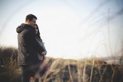Ehemann und Frau in der Natur, Vorfrühling Glückliches Paar auf Ferien Geliebte lachen Kerl und Mädchen amüsieren Sie sich am Vor Lizenzfreie Stockbilder